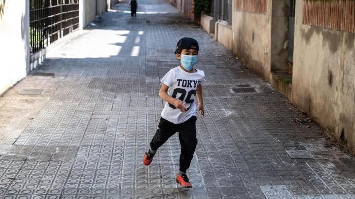 Kini anak-anak di Spanyol kembali diizinkan bermain di luar rumah. Sebelumnya mereka diminta tetap di rumah selama enam untuk menghindari wabah Corona (COVID-19).