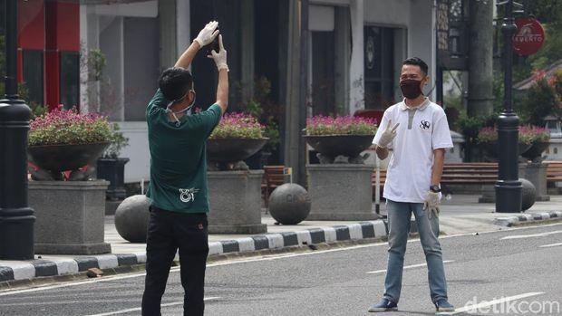 Karyawan sekitar yang asyik berfoto