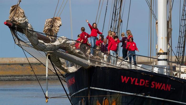 Perahu layar kembar yang membawa para pelajar Belanda,