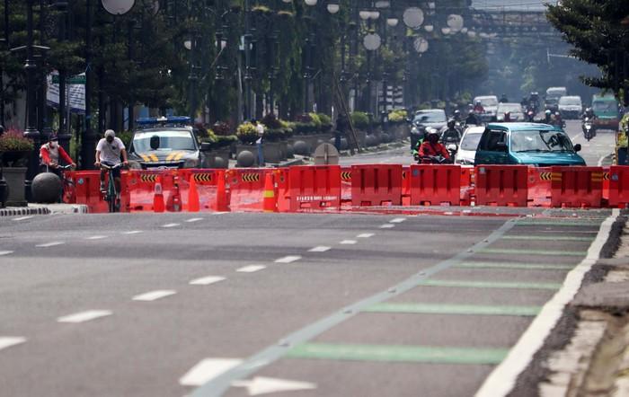 Jalan Asia Afrika, Kota Bandung, Jawa Barat ditutup sementara selama pelaksanaan Pembatasan Sosial Berskala Besar (PSBB). Begini suasananya.