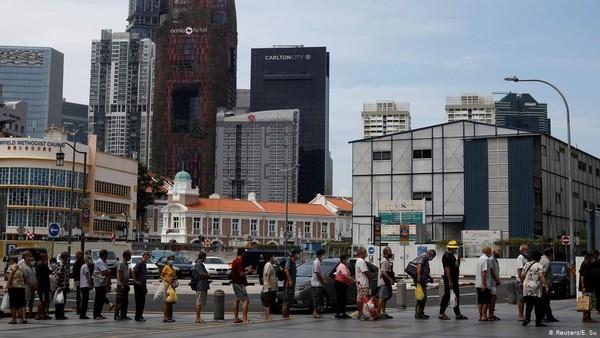 Singapura ada di urutan keenam kota termahal di dunia bagi pebisnis. Survei ini bisa dijadikan perusahaan multinasional menetapkan kembali besaran gaji bagi karyawannya. (Foto: DW News)