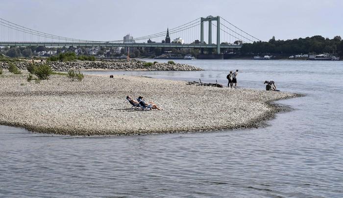 Musim kemarau membuat debit sungai penting di Jerman, Sungai Rhine berkurang drastis. Namun sungai yang mengering tersebut dijadikan tempat bersantai oleh warga.