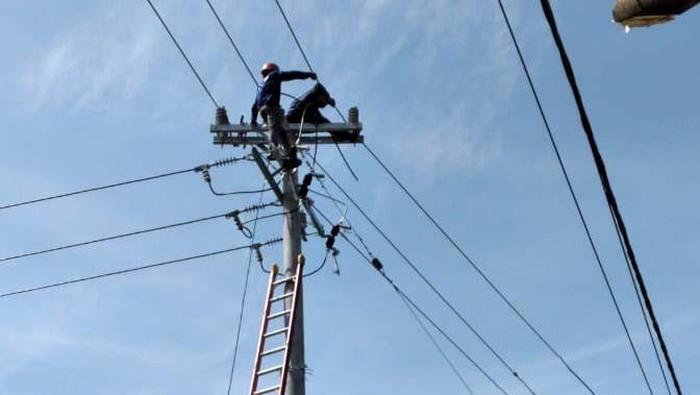 PLN terus melistriki pelosok negeri. Di tengah pandemi COVID-19, PLN berhasil menyalurkan listrik ke 5 dusun di Provinsi Sulsel dan Sulawesi Barat (Sulbar).