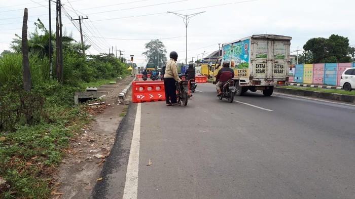 Penyekatan zig-zag di perbatasan masuk ke Medan (Haris Fadhil-detikcom)