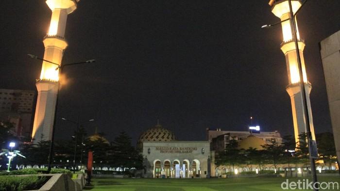 Suasana malam di Masjid Agung Bandung pasca PSBB.