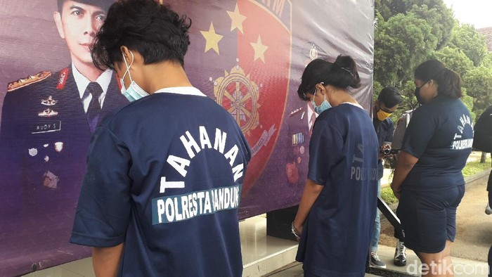 Polisi amankan 4 pelaku pembunuhan driver taksi online di Bandung. Keempat pelaku diduga rencanakan pembunuhan karena tak sanggup bayar ongkos perjalanan.
