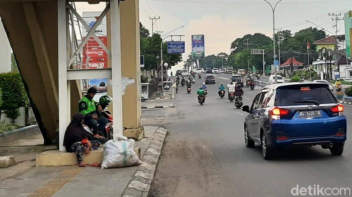 Manuasia Karung Mulai Terlihat di Trotoar Palembang.