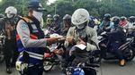 Kendaraan Menumpuk di Hari Pertama PSBB Surabaya