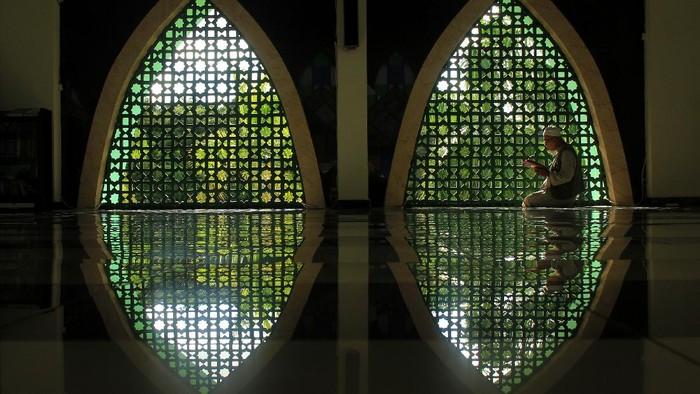 Warga membaca Al Quran di Masjid Agung Suhada, Mamuju, Sulawesi Barat, Jumat (24/4/2020). Pada bulan Ramadhan, umat Islam memperbanyak kegiatan tadarus atau membaca Al Quran dan juga melaksanakan shalat sunah selain shalat lima waktunya untuk meningkatkan amal ibadah. ANTARA FOTO/Akbar Tado/wsj.