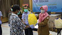 KKP Bagikan Ribuan Paket Sembako dan Masker untuk Nelayan di Serang