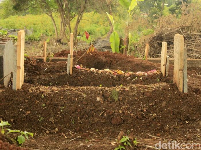 Tempat Pemakaman Umum (TPU) Cikadut ditunjuk Pemerintah Kota Bandung sebagai tempat peristirahatan terakhir bagi jenazah yang terpapar COVID-19. Hingga Kamis (27/4/2020), sedikitnya 40-an jenazah korban pandemi ini telah dimakamamkan di sana sejak sebulan terakhir.