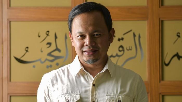 Walikota Bogor Bima Arya (48) berpose di kediamannya di Bogor, Jabar. Bima Arya dinyatakan positif terinfeksi corona 17 Maret 2020, menjalani isolasi di RSUD Kota Bogor dan dinyatakan negatif pada 18 April.