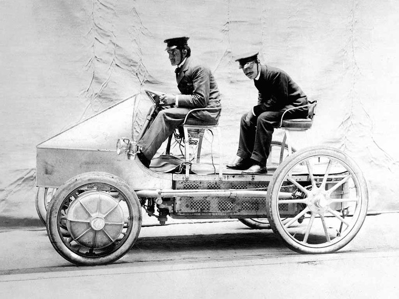 Mobil hybrid pertama di dunia dibuat oleh Porsche