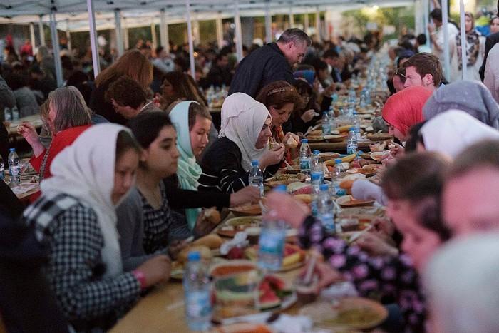 Setiap umat Muslim dunia punya tantangan sendiri dalam jalani ibadah puasa. Seperti halnya umat Muslim di Jerman yang berpuasa dengan durasi waktu hingga 19 jam