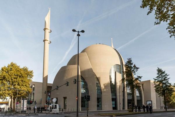 Masjid Koln didesain oleh arsitektur Jerman, Gottfried Böhm dan anaknya Paul Böhm. Fakta yang menarik adalah kedua arsitek itu biasanya membangun gereja. Mereka memenangkan kontrak membangun masjid pada tahun 2007. ( Getty Images)