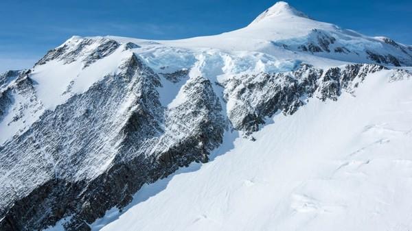 Lebih dari 1.200 pendaki telah berhasil mencapai puncaknya, tentu dibimbing beberapa pemandu khusus. Periode pendakian utama Gunung Vinson Massif ini antara Desember dan Februari saat Antartika disinari matahari selama 24 jam