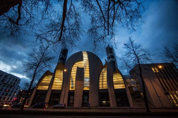 Masjid yang dibangun dengan beton dan kaca serta memiliki desain indah ini disebut-sebut sebagai masjid yang terbesar di Eropa di luar Turki. (Getty Images)