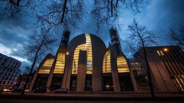 Sebuah masjid unik bernama Cologne Central Mosque berdiri di Cologne, Jerman. Mengambil gaya Turki, masjid dirancang dengan arsitektur Ottoman.