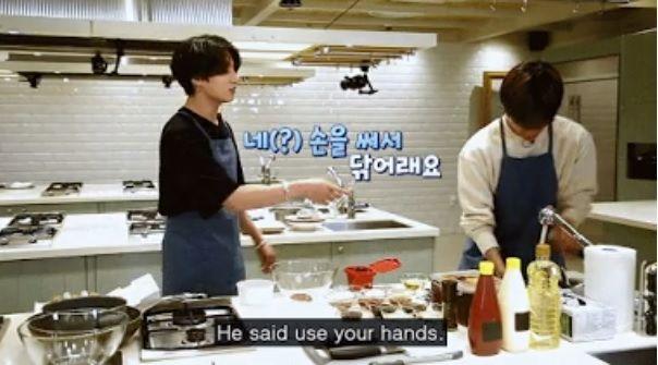 Jin BTS beri instruksi masak pada V dan Jungkook