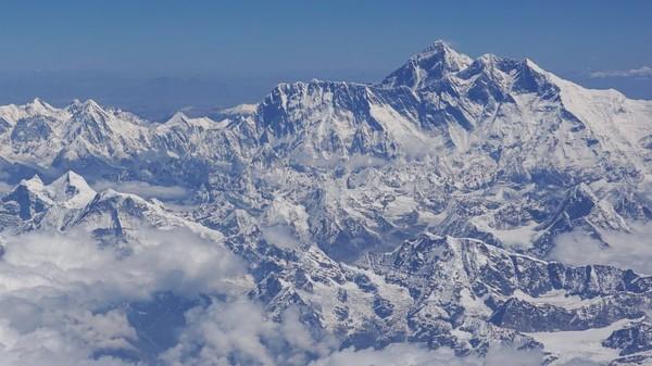 Gunung Everest pertama kali diskalakan pada tahun 1953 dan tetap menjadi tempat sampah tertinggi di dunia. Pendaki butuh waktu selama 45 hari untuk menggapai puncak Everest dengan biaya hingga USD 100 ribu.
