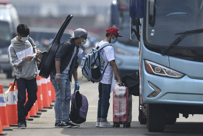 Warga Negara Indonesia (WNI) yang menjadi anak buah kapal Kapal Pesiar MV Dream Explorer berada di dalam bus setibanya di Pelabuhan JICT, Tanjung Priok, Jakarta, Rabu (29/4/2020). Sebelum dibawa menuju hotel untuk menjalani isolasi mandiri, 359 WNI tersebut terlebih dahulu menjalani rapid test. ANTARA FOTO/Nova Wahyudi/aww.
