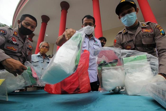 Polisi menunjukkan barang bukti saat ungkap kasus peredaran narkotika di Polrestabes Surabaya, Jawa Timur, Rabu (29/4/2020). Pada periode 1-29 April 2020 Satresnarkoba Polrestabes Surabaya mengungkap 23 kasus penyalahgunaan narkotika dengan menangkap 31 tersangka dan mengamankan sejumlah barang bukti beberapa diantaranya sabu seberat 11,2 kilogram, pil ekstasi sebanyak 7.600 butir dan pil Double L (koplo) sebanyak 24.000 butir. ANTARA FOTO/Didik Suhartono/foc.