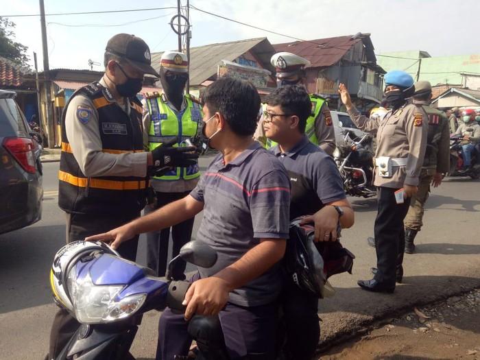 Polisi di Kabupaten Bogor tegur pelanggar PSBB dengan ayat Al-Quran
