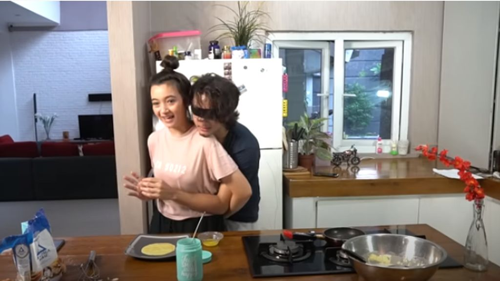 Bryan Domani dan Adik Lakukan Not My Arm Cooking Challenge