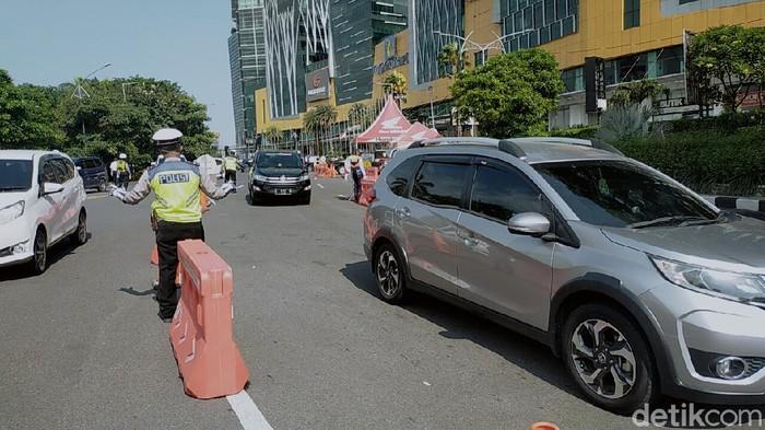 Di hari kedua PSBB Surabaya, volume kendaraan yang masuk Kota Pahlawan di check point Bundaran waru mengalami penurunan. Seperti yang disampaikan Dinas Perhuhungan (Dishub) Surabaya.