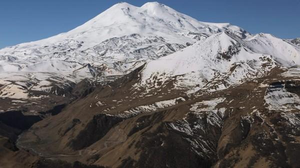 Mitos paling terkenal dari Gunung Elbrus adalah tempat di mana Zeus merantai lengan Prometheus karena mencuri api para dewa. Selama musim pendakian di musim panas, jalur paling populer ke puncak melalui selatan gunung, tempat kereta gantung berada.