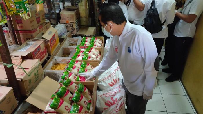 Mendag melakukan sidak ke pasar Kramat Jati Jakarta Timur. Salah satu tujuannya adalah memastikan harga gula pasir menjadi Rp 12.500/Kg.