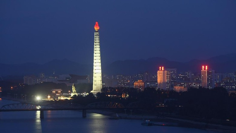 PYONGYANG, NORTH KOREA - OCTOBER 19: The Tower of the Juche Idea is seen in downtown Pyongyang on October 19, 2007 in Pyongyang, North Korea. (Photo by Alexander Hassenstein/Getty Images)