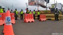 Ramai Kerumunan Warga, Jalan Protokol di Cianjur Ditutup