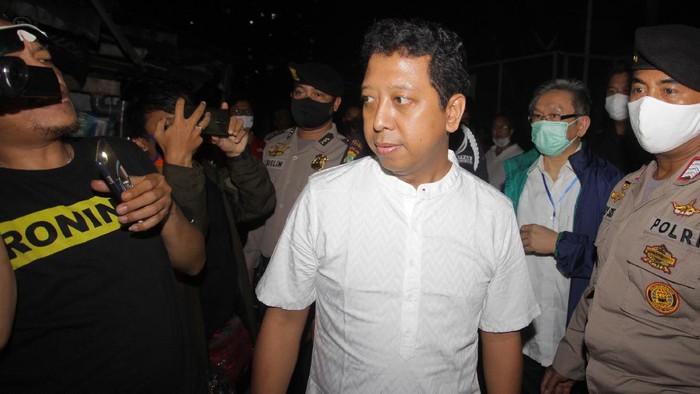 Terpidana mantan Ketua Umum PPP Muhammad Rommahurmuziy (kedua kiri) menjawab pertanyaan wartawan saat keluar dari Rumah Tahanan (Rutan) K4, di Gedung KPK , Jakarta, Rabu (29/4/2020)).  Rommy yang terjerat kasus suap jual beli jabatan di Kementerian Agama (Kemenag) 2019, dinyatakan bebas usai terbit penetapan pembebasan Mahakamah Agung (MA) pasca putusan tingkat banding di Pengadilan Tinggi DKI Jakarta memotong hukuman Rommy hanya menjadi satu tahun. .  ANTARA FOTO/Reno Esnir/foc.