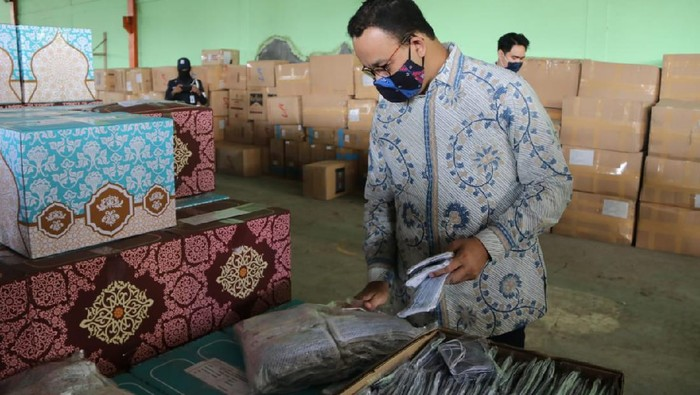 Gubernur DKI Jakarta Anies Baswedan mengecek kesiapan masker kain di gudang milik Perumda Pasar Jaya, Jakarta Timur.