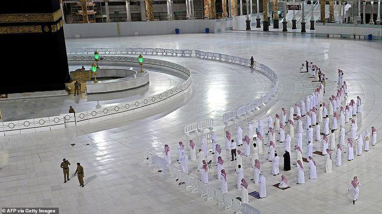 Shalat renggang di Mekkah