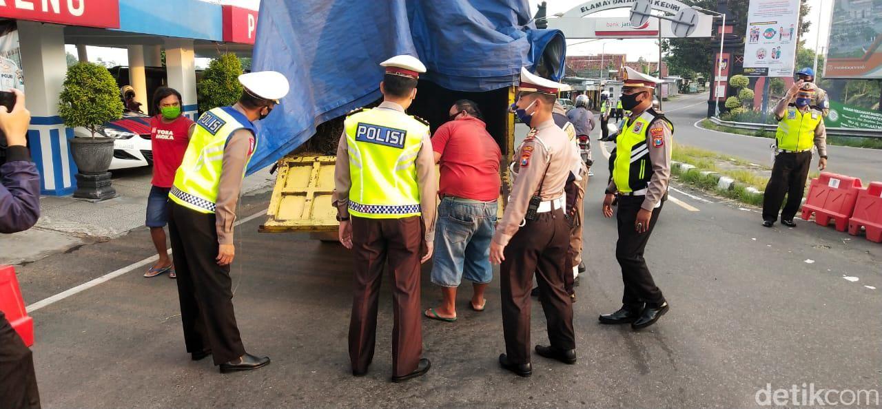 Penyekatan arus mudik di pintu masuk Kediri semakin diperketat. Hari ini ada 25 mobil yang halau petugas untuk balik arah.