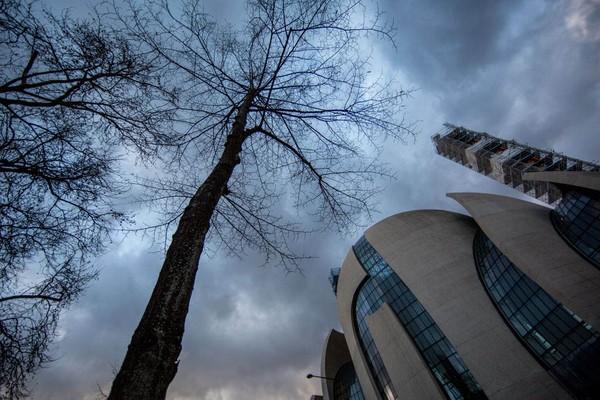 Bangunan itu dirancang dengan dinding kaca dan tangga yang dapat diakses dari jalan, melambangkan keterbukaan bagi orang dari semua agama. Masjid punya 2 menara berukuran 55 meter dan kubah dari beton dan kaca yang tampak terbuka seperti kuncup bunga. (Getty Images)