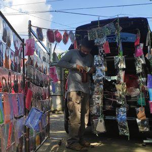 Siasati Imbas Corona, Pedagang Suvenir Banting Setir Jualan Masker