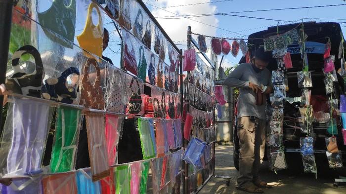 Pedagang suvenir banting setir jualan masker di pinggir jalan