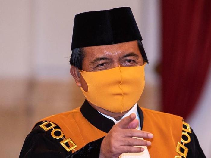 Presiden Joko Widodo melantik Ketua MA Muhammad Syarifuddin dan Hakim MK Manahan Sitompul di Istana Negara Jakarta. Jokowi tampak memakai masker.