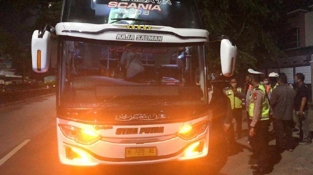 Begini Momen Polisi Cek Bus Selundupkan Pemudik Jakarta ke Semarang