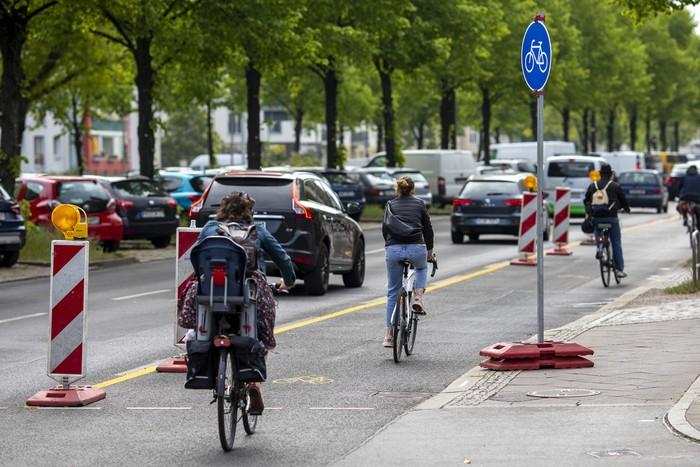 Di tengah wabah Corona, Berlin, Jerman, dengan cepat memperbaiki jalan-jalannya. Mereka menambah jalur sepeda.