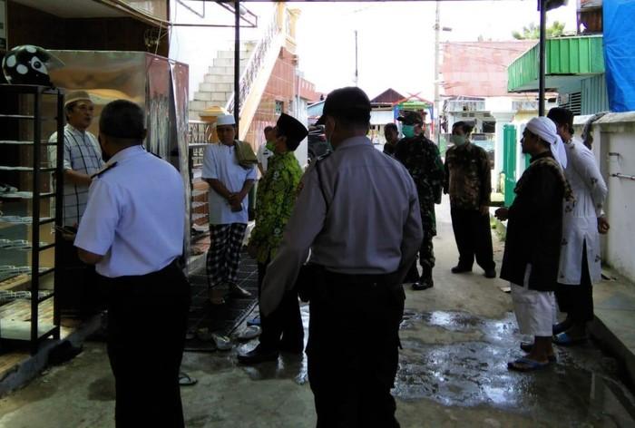 Camat di Kota Parepare, Sulsel, dilaporkan ke polisi dengan tuduhan penodaan agama. Ia dilaporkan karena disebut membubarkan salat Jumat di masjid setempat.