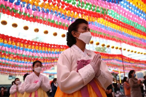 Mereka tetap memakai masker sebagai bentuk pencegahan terhadap virus Corona.