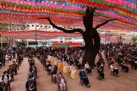 Umat Budha berkumpul pada hari ulang tahun Budha dan kebaktian untuk berdoa mengatasi pandemi COVID-19 di Kuil Jogyesa, Kamis (30/4).