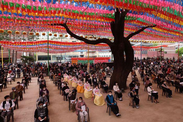 Ratusan orang berkumpul di Kuil Jogyesa di Seoul, Korea Selatan, Kamis (30/4). Mereka merayakan ulang tahun Budha dan berdoa mengatasi pandemi COVID-19.