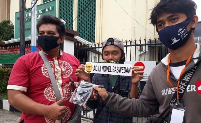 Aktivis Gugat Novel Baswedan bersama Forum Keadilan Rakyat (FKR) menggelar aksi di PN Jakarta Utara. Mereka membagikan masker bertuliskan 'Adili Novel Baswedan'