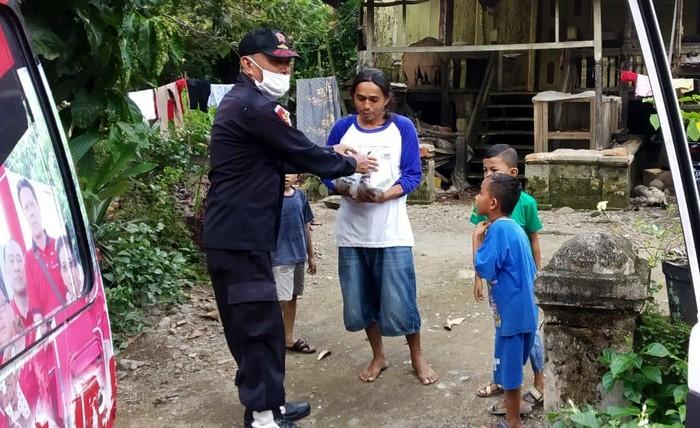 Kader PDIP Sumbar turun langsung mengantarkan langsung nasi bungkus untuk warga berbuka puasa dari rumah ke rumah warga.