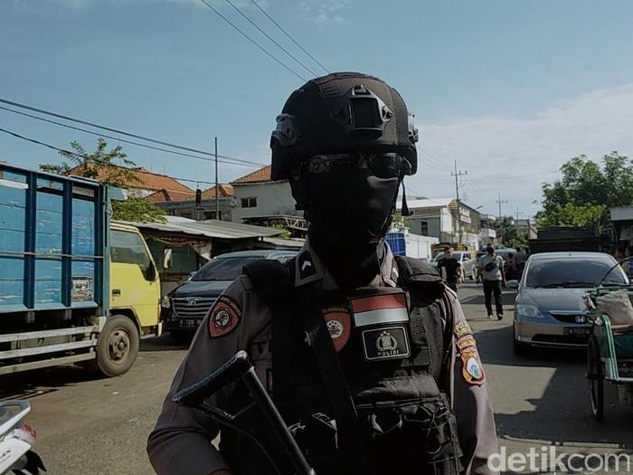 Gudang ekspedisi di Jalan Kunti No 72 digeledah Tim Densus 88. Gudang tersebut merupakan tempat kerja terduga teroris berinisal AF yang diamankan beberapa waktu lalu.